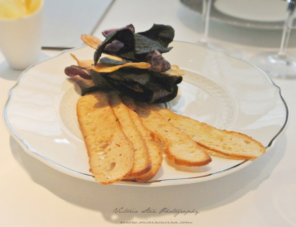 Antipasto di chips di patate, bruschette e salse